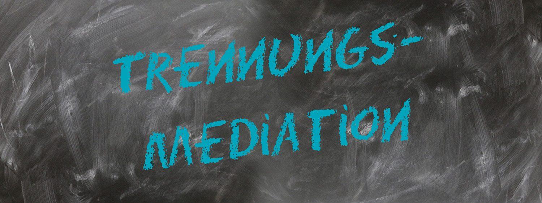 """zu sehen ist eine Schultafel in der in blauer Schrift das Wort """"Trennungsmediation"""" zu lesen ist"""